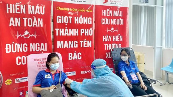 Các bạn trẻ tham gia hiến máu  tại một buổi lễ hiến máu tình nguyện tại TPHCM. Ảnh: Bùi Anh Tuấn