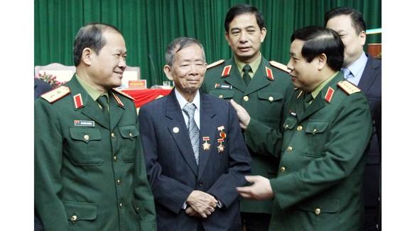 Đại tướng Phùng Quang Thanh và các đại biểu dự hội thảo 70 năm thành lập Quân đội nhân dân Việt Nam ở Cao Bằng, tháng 12-2014.  Ảnh: TRẦN LƯU