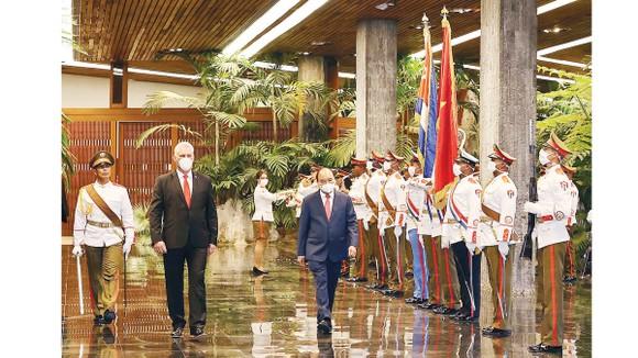 Chủ tịch nước Nguyễn Xuân Phúc và Bí thư thứ nhất Ban Chấp hành Trung ương Đảng Cộng sản Cuba, Chủ tịch Hội đồng Nhà nước và Hội đồng Bộ trưởng  Cộng hòa Cuba Miguel Díaz-Canel, duyệt đội danh dự. Ảnh: TTXVN