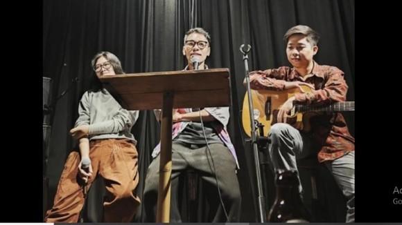 Nhà thơ trẻ Nam Thi (giữa) trong một chương trình giao lưu thơ  với bạn đọc Hà Nội vào tháng 4-2021