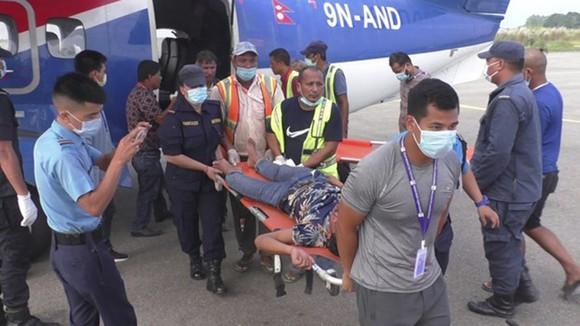 Lực lượng cứu hộ chuyển người bị thương trong vụ tai nạn. Nguồn: AP