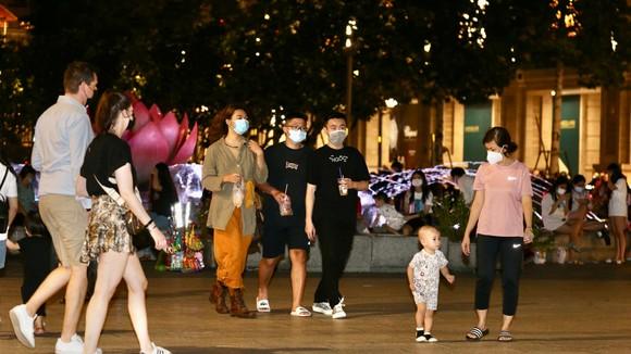 Người dân TPHCM dạo chơi tại phố đi bộ Nguyễn Huệ (quận 1) đêm 13-10. Ảnh: HOÀNG HÙNG