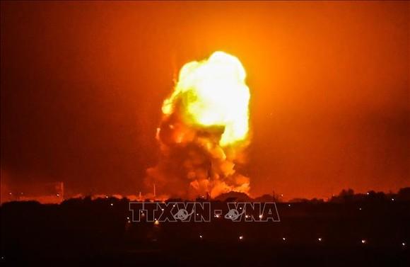 Lửa bốc ngùn ngụt sau vụ không kích của Israel xuống Rafah, miền Nam Dải Gaza, ngày 11/5/2021. Ảnh: AFP/TTXVN