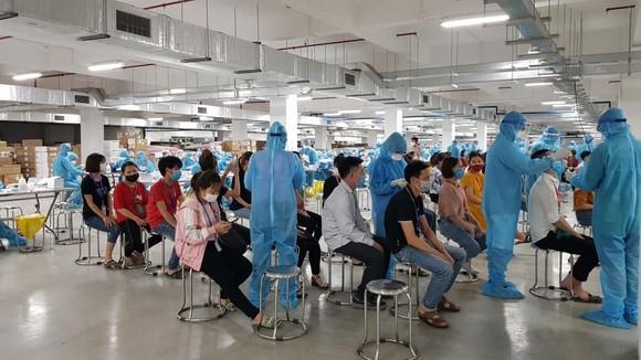 Xét nghiệm cho công nhân tại khu công nghiệp.