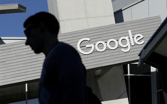 Một người đàn ông đi ngang qua một tòa nhà trong khuôn viên Google ở Mountain View, California, ngày 12 tháng 11 năm 2015. (Ảnh AP / Jeff Chiu, File)