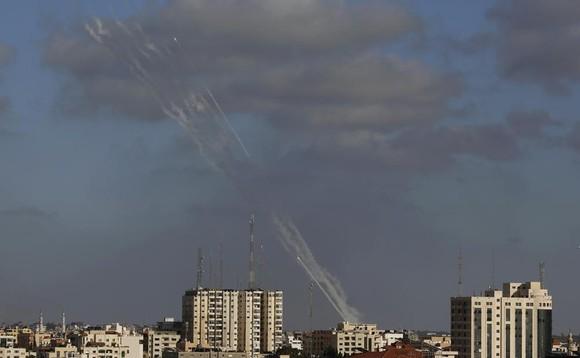 Hamas nã rocket từ Gaza vào Israel ngày 17/5. Ảnh: AP