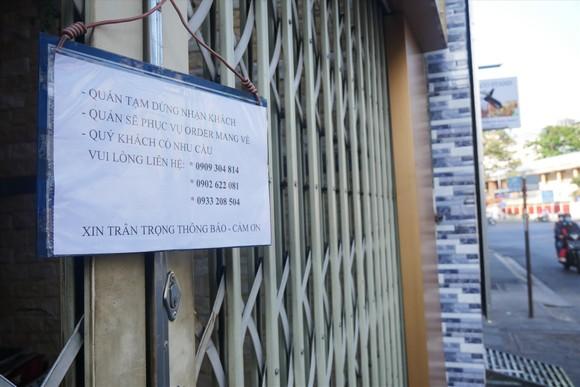 Từ 18h chiều 21-5, hàng quán nhỏ tại TPHCM chỉ được bán mang đi, không phục vụ tại chỗ. Ảnh: LĐ