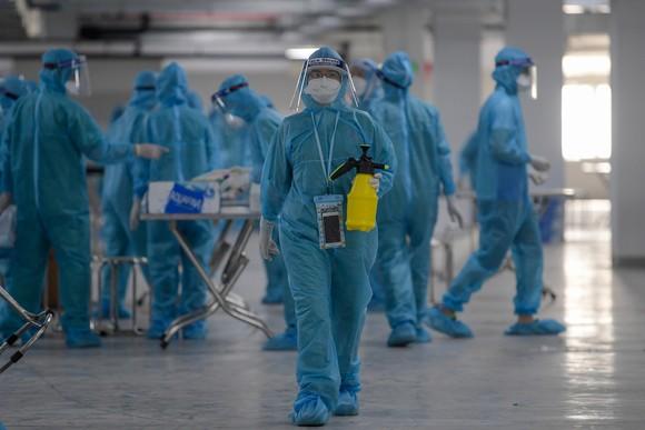 Nhân viên y tế lấy mẫu xét nghiệm công nhân khu công nghiệp Quang Châu, huyện Việt Yên, Bắc Giang, ngày 15/5. Ảnh: Giang Huy