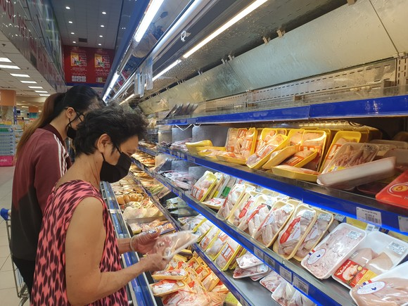 Khách thảnh thơi mua sắm trong ngày đầu TPHCM giãn cách xã hội, không còn cảnh chen lấn. Ảnh: H.Minh