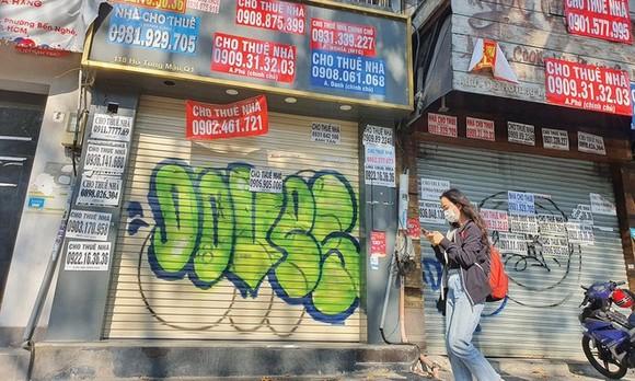 Tờ rơi, quảng cáo cho thuê mặt bằng dán chi chít bên ngoài những căn nhà mặt phố Hồ Tùng Mậu, quận 1, TPHCM. Ảnh: Trọng Tín