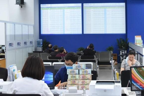 Ngân hàng kiếm bộn tiền từ buôn chứng khoán