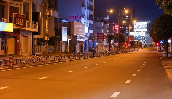 Người dân TPHCM chấp hành nghiêm quy định tạm dừng ra đường sau 18h mỗi ngày từ 26-7. Ảnh: Hải An.