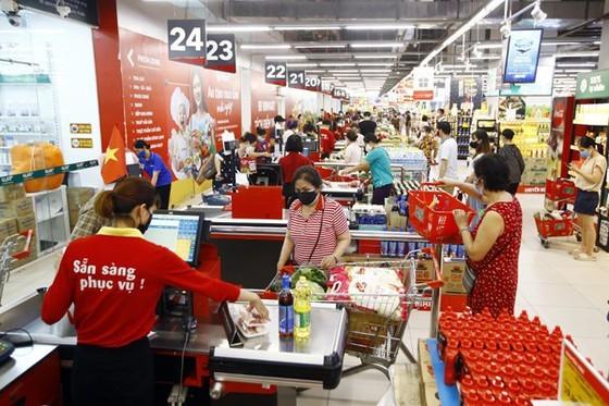 VinCommerce cho biết, ngoài 23 cửa hàng, siêu thị đang rà soát các trường hợp có liên quan ca mắc Covid-19, các siêu thị, cửa hàng khác vẫn tiếp tục hoạt động bình thường.