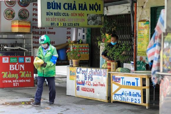 """Hàng quán tại TPHCM chưa mặn mà mở bán trở lại vì người dân vẫn """"ai ở đâu ở yên đó"""". Ảnh: Zing"""