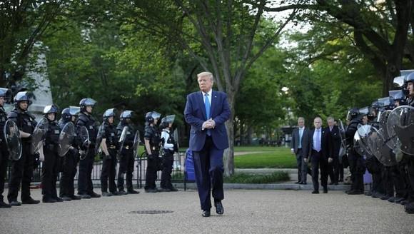 Tổng thống Trump tới chụp ảnh bên ngoài một nhà thờ gần Nhà Trắng.