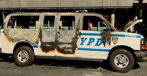 Chiếc xe cảnh sát bị ném bom xăng.
