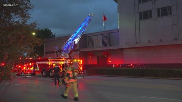 Vào tối thứ Ba tại Houston, cảnh sát và lính cứu hỏa đã xuống lãnh sự quán sau khi các nhân chứng báo cáo có những giấy tờ đã bị đốt bên ngoài