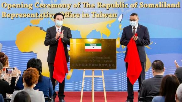 Bộ trưởng Ngoại giao Đài Loan Joseph Wu (trái) và đại diện Somaliland tại Đài Loan, Mohamed Hagi (phải) công bố bảng văn phòng Somaliland trong lễ khai trương ở Đài Bắc. Ảnh: Middle East Online