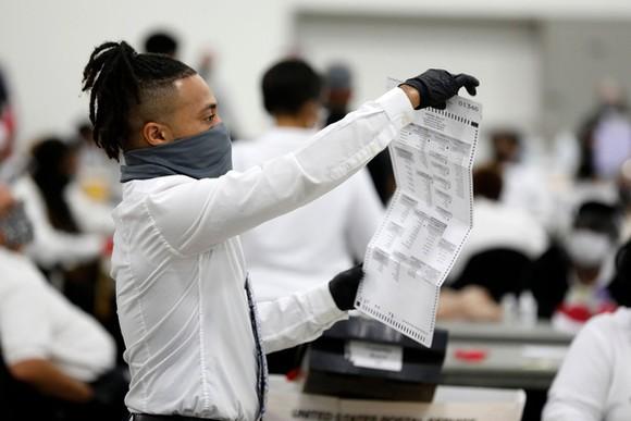 Nhân viên bầu cử kiểm phiếu tại thành phố Detroit, bang Michigan ngày 4-11 - Ảnh: AFP
