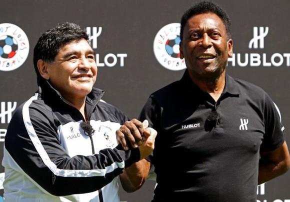 """Pele (phải) đã sốc khi người bạn và """"đối thủ"""" Maradona đột ngột qua đời"""