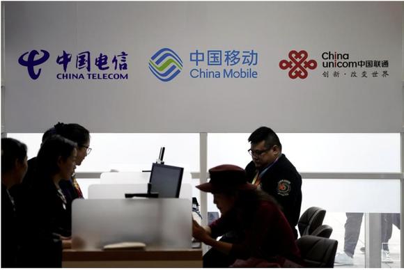 Logo của China Telecom, China Mobile và China Unicom được nhìn thấy trong Hội chợ Nhập khẩu Quốc tế Trung Quốc (CIIE) tại Trung tâm Hội nghị và Triển lãm Quốc gia ở Thượng Hải, Trung Quốc, ngày 5 tháng 11 năm 2018. REUTERS / Aly Song