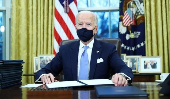 Ngày 20/1, Tân Tổng thống Mỹ Joe Biden ký hàng loạt sắc lệnh hành pháp đảo ngược chính sách của người tiền nhiệm. (Nguồn:abcnews)