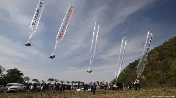 Người Triều Tiên đào tẩu ở Hàn Quốc từng nhiều lần thả bóng bay mang truyền đơn qua biên giới. Ảnh: Yonhap