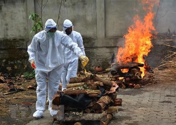 Chuẩn bị hỏa táng bệnh nhân tử vong do COVID-19 tại Guwahati, Assam, Ấn Độ, ngày 5/6/2021. (Ảnh: THX/TTXVN).