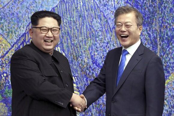 Tổng thống Hàn Quốc Moon Jae-in và nhà lãnh đạo Triều Tiên Kim Jong-un đã viết thư cho nhau để cải thiện mối quan hệ.