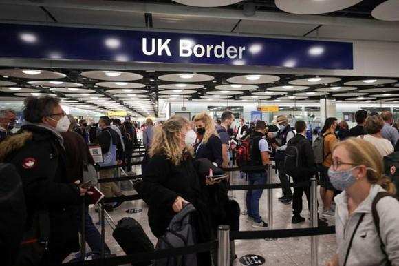 Người dân đã tiêm phòng đầy đủ từ các nước châu Âu và Mỹ không phải cách ly khi nhập cảnh vào Anh - Ảnh: REUTERS