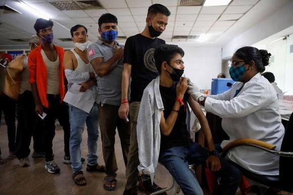 Tiêm phòng Covid-19 ở New Delhi, Ấn Độ, hôm 30/8 - Ảnh: Reuters.