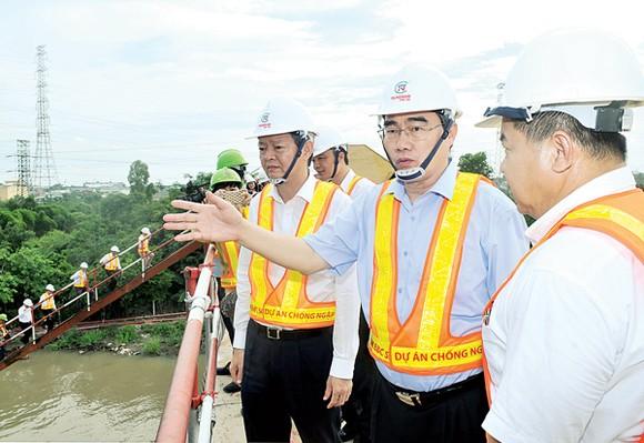 Bí thư  Thành ủy TPHCM Nguyễn Thiện Nhân khảo sát hệ thống cống ngăn triều Ảnh:  Cao Thăng