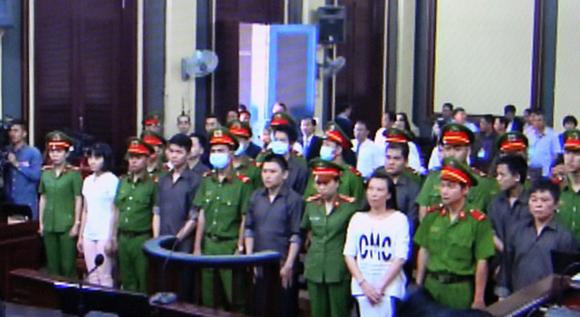 Các bị cáo tại tòa ngày 26-12. Ảnh: chụp màn hình