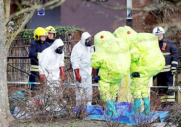Cảnh sát Anh điều tra tại hiện trường vụ ông Skripal bị đầu độc Ảnh: SPUTNIK
