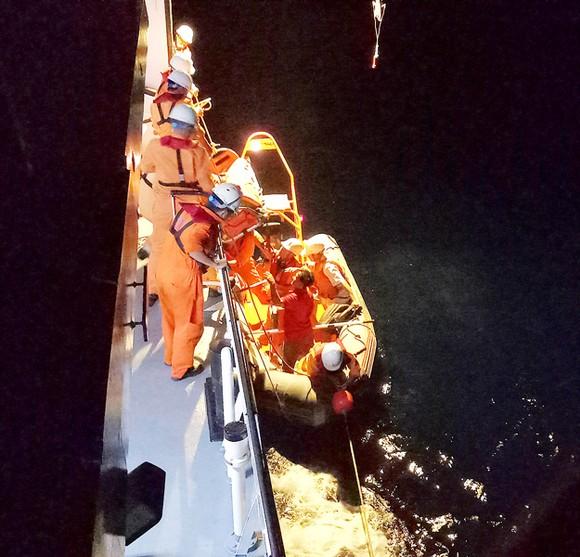 Tàu SAR 412 cứu ngư dân bị bệnh ở Hoàng Sa ảnh 1