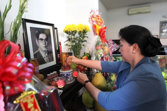 Chủ tịch Quốc hội Nguyễn Thị Kim Ngân thắp hương tưởng niệm cố Tổng Bí thư Nguyễn Văn Linh       Ảnh: TTXVN