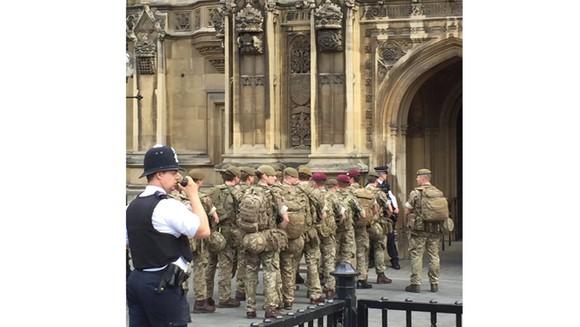 Anh bắt thêm 3 nghi phạm, triển khai quân đội bảo vệ London ảnh 1