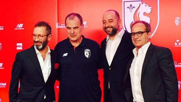 HLV Bielsa (thứ 2 từ phải qua) sẽ dẫn dắt Lille mùa tới.