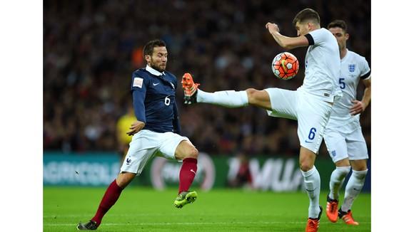 Yohan Cabaye (trái, Pháp) tranh bóng với John Stones (Anh).