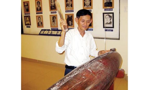 Chiếc mõ Nam Lân đang được lưu giữ tại Nhà truyền thống xã Bà Điểm
