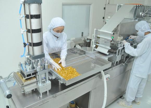 Sản xuất thuốc cung ứng bình ổn thị trường tại một đơn vị. Ảnh: CAO THĂNG