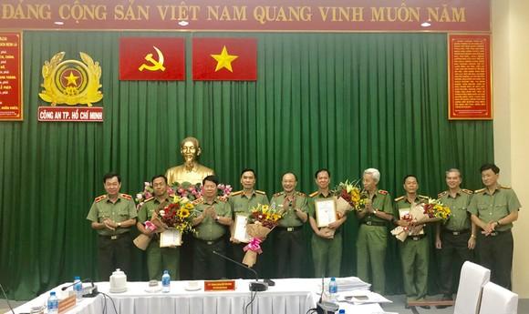 Thứ trưởng Bộ Công an Bùi Văn Nam (thứ ba từ trái sang) trao thưởng cho các đơn vị của Công an TPHCM