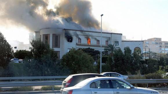 Khói bốc lên từ tòa nhà trụ sở Bộ Ngoại giao Libya ở Tripoli sau vụ tấn công ngày 25-12-2018. Ảnh: REUTERS