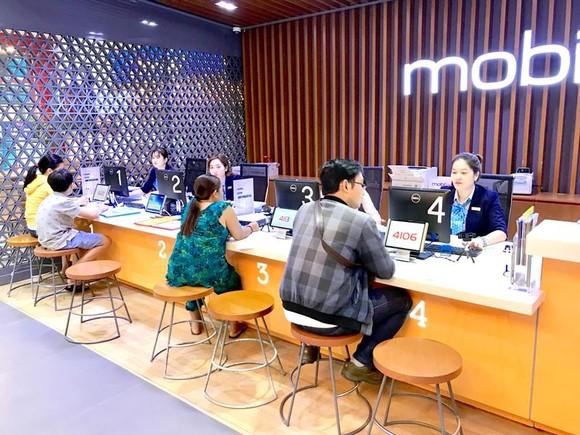 Điểm dịch vụ MobiFone quận 7 (TPHCM) đang giải quyết nhu cầu chuyển mạng cho khách hàng. Ảnh: HOÀNG HÙNG