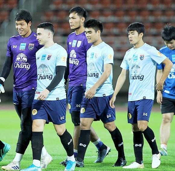 Các tuyển thủ Thái Lan tập luyện trước cuộc đối đầu căng thẳng với tuyển Việt Nam. Ảnh: NHẬT ANH