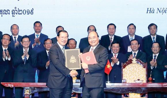 Thủ tướng Nguyễn Xuân Phúc và Thủ tướng Samdech Hun Sen ký Hiệp ước bổ sung Hiệp ước hoạch định biên giới quốc gia năm 1985 và Hiệp ước bổ sung năm 2005 giữa Cộng hòa XHCN Việt Nam và Vương quốc Campuchia. Ảnh: TTXVN