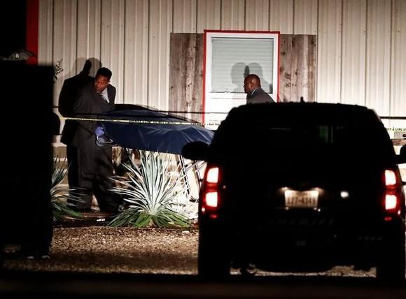 Thi thể nạn nhân được đưa ra khỏi hiện trường vụ xả súng tại Mỹ. Ảnh: mirror