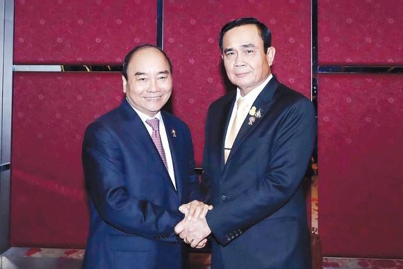 Thủ tướng Nguyễn Xuân Phúc gặp song phương Thủ tướng Thái Lan Prayuth Chan-o-cha. Ảnh: TTXVN