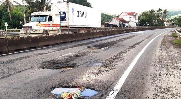 """QL1A đoạn qua huyện Tuy An, tỉnh Phú Yên tái xuất hiện nhiều """"ổ gà"""", """"ổ trâu""""  Ảnh: NGỌC OAI"""