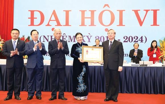 Thường trực Ban Bí thư Trung ương Đảng Trần Quốc Vượng trao Huân chương Lao động hạng nhất của Chủ tịch nước tặng tập thể Liên hiệp các tổ chức hữu nghị Việt Nam. Ảnh: TTXVN